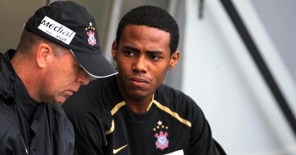 Mano Menezes e Elias conversam durante treino do Corinthians em 2008