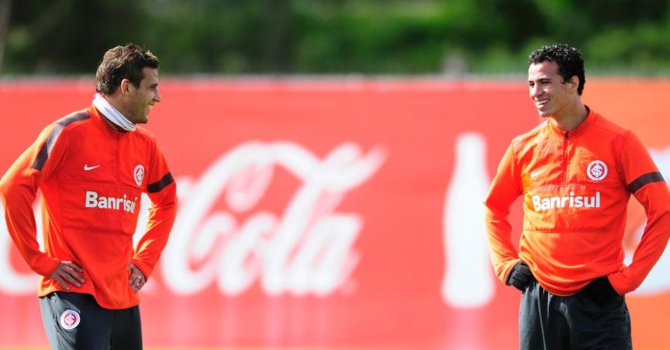 Rafael Moura e Leandro Damião conversam durante treino do Inter no CT do Parque Gigante (19/07/2013)