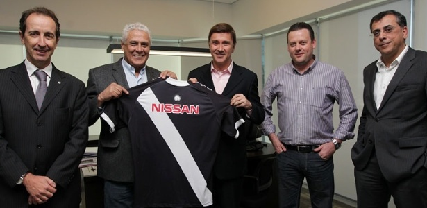 Dinamite exibe camisa do Vasco com o patrocínio da Nissan na assinatura do contrato (19/07/2013) - Divulgação/Vasco