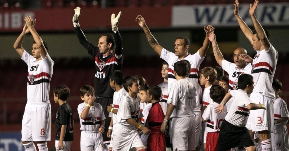 20.07.2013 - Jogadores do São Paulo acenam para a torcida presente no Morumbi para o duelo contra o Cruzeiro, pelo Brasileirão