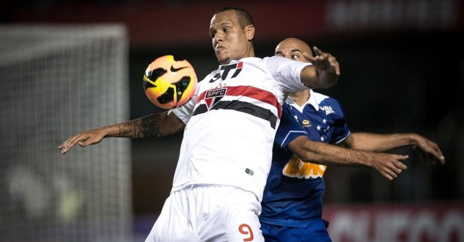 20.07.2013 - Luis Fabiano, atacante do São Paulo, tenta dominar a bola enquanto é marcado de perto por Bruno Rodrigo, zagueiro do Cruzeiro