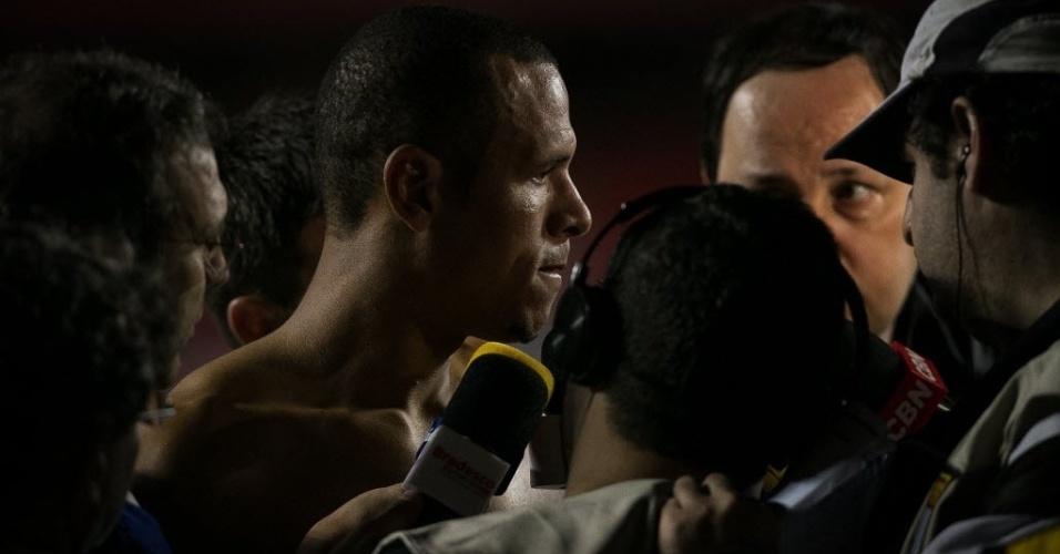 20.07.2013 - Luis Fabiano dá entrevistas na saída do gramado após atuação apagada em derrota por 3 a 0 para o Cruzeiro, no Morumbi
