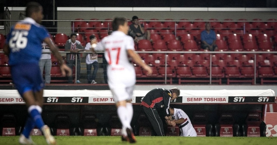 20.07.2013 - Luis Fabiano é cumprimentado pelo técnico Paulo Autuori ao ser substituído na partida contra o Cruzeiro