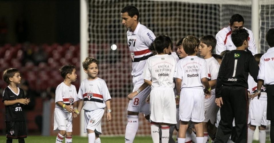 20.07.2013 - Paulo Henrique Ganso, meia do São Paulo, é cercado por crianças ao entrar no gramado antes do jogo contra o Cruzeiro