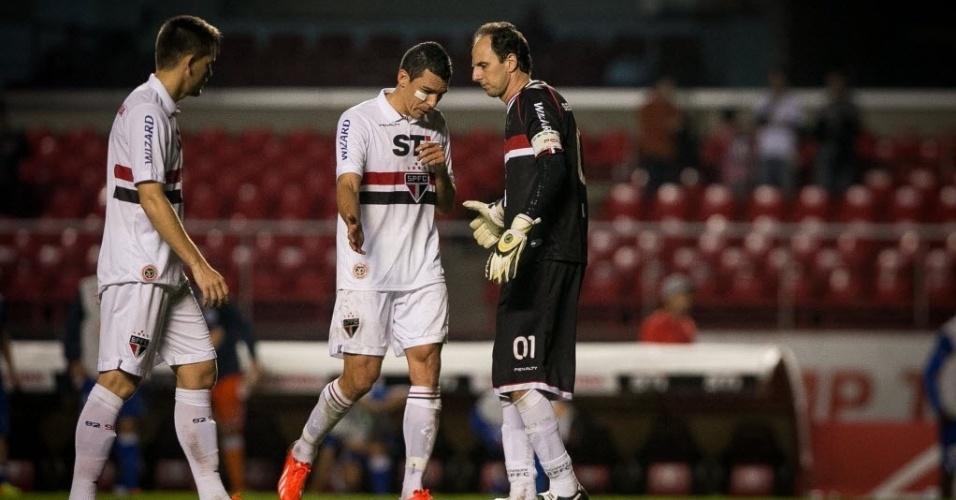 20.07.2013 - Rogério Ceni conversa com os zagueiros Lúcio e Rafael Toloi após gol do Cruzeiro no Morumbi
