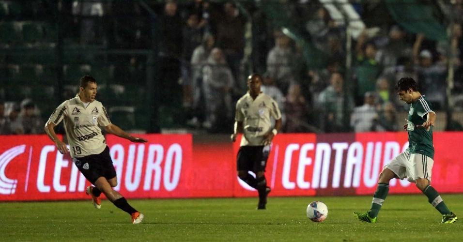 20.07.2013 - Valdivia foi o destaque do Palmeiras ao marcar o gol decisivo contra o Figueirense