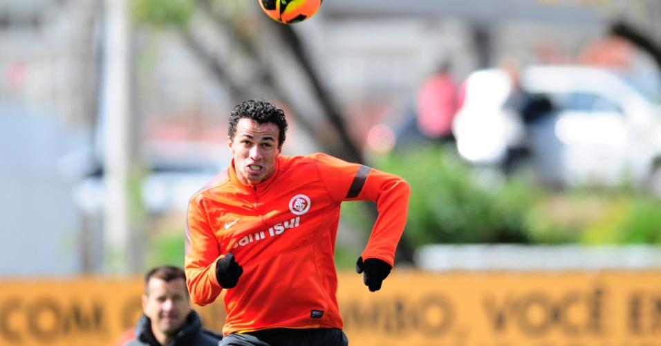 Centroavante Leandro Damião cabeceia observado pelo técnico Dunga em treino do Inter (19/07/2013)