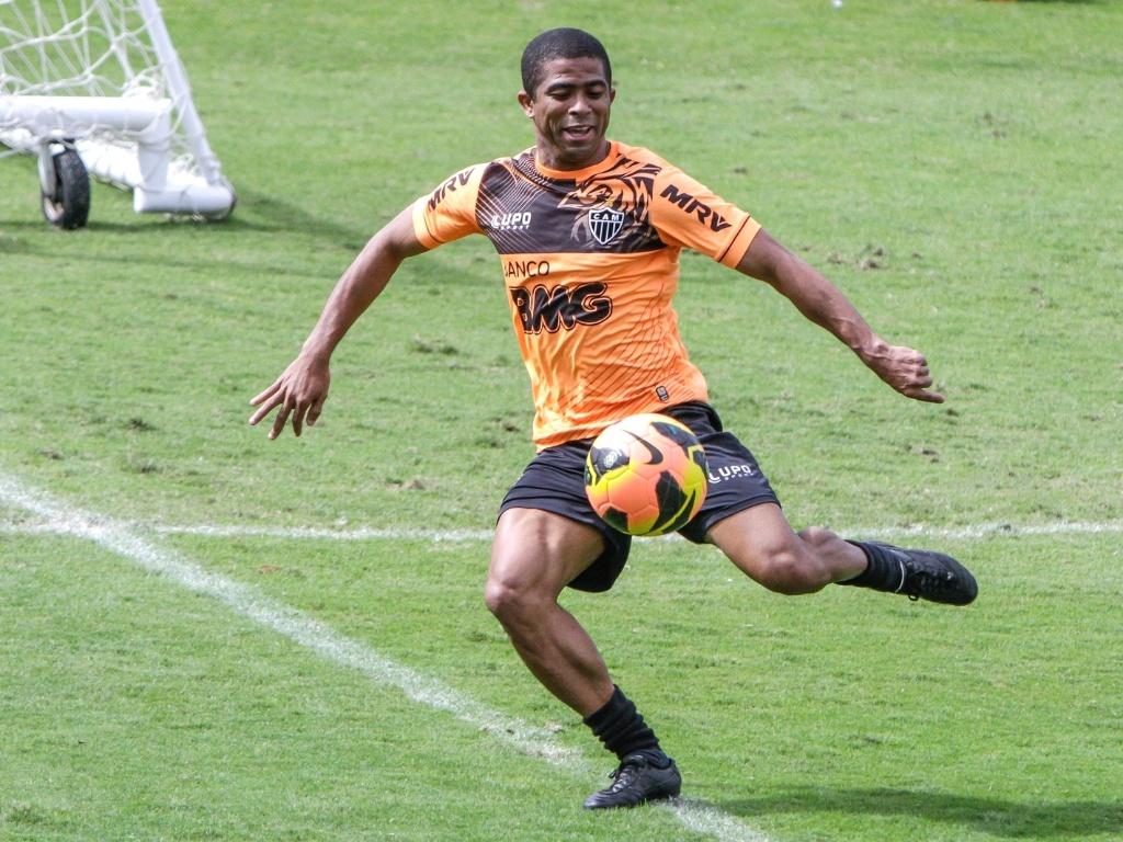 Lateral esquerdo Junior César participa de treino do Atlético-MG na Cidade do Galo (13/7/2013)
