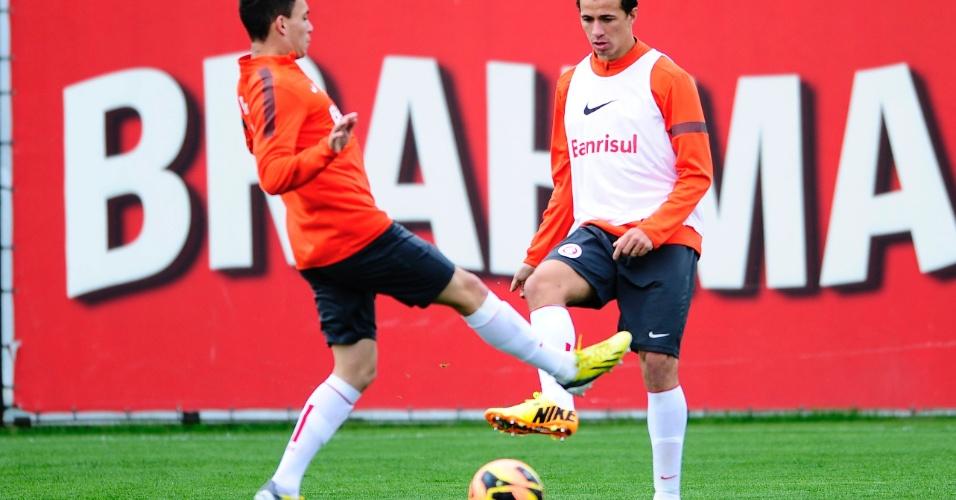 Leandro Damião (d) e Caio durante treino do Inter antes de enfrentar o Flamengo pelo Brasileiro (20/07/2013)