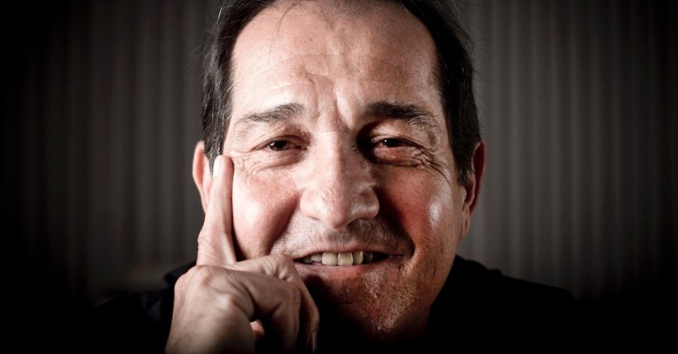 17.jul.2013 - De 'férias forçadas', Muricy Ramalho posa sorridente para o UOL Esporte no prédio onde mora, em São Paulo