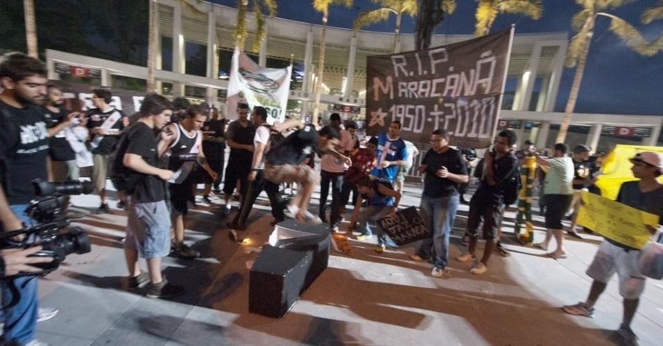 21.07.13 - Manifestantes destroem caixão que simboliza o