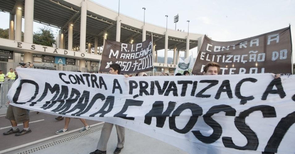 21.07.13 - Manifestantes protestam contra a privatização do Maracanã antes do duelo entre Fluminense e Vasco