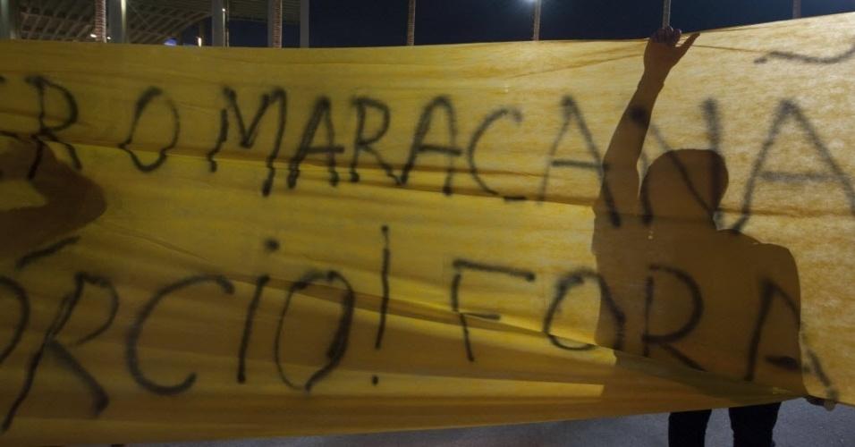 21.07.13 - Torcedores levam faixas para protestar antes do clássico entre Fluminense e Vasco