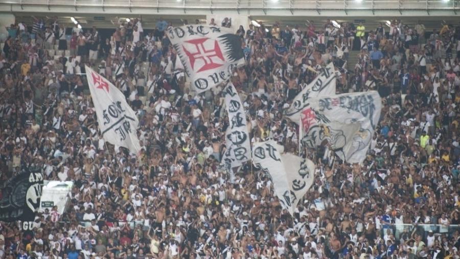 Torcida do Vasco faz festa no Maracanã durante vitória sobre o Fluminense em 2013; clube volta ao estádio neste domingo - UOL Antonio Scorza/UOL