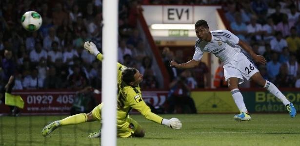 Casemiro, volante do Real Madrid, chuta a gol e marca seu primeiro gol com a camisa do time