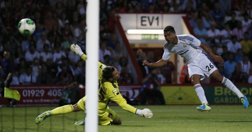 21.jul.2013 - Casemiro, volante do Real Madrid, chuta a gol e marca seu primeiro gol com a camisa do time espanhol
