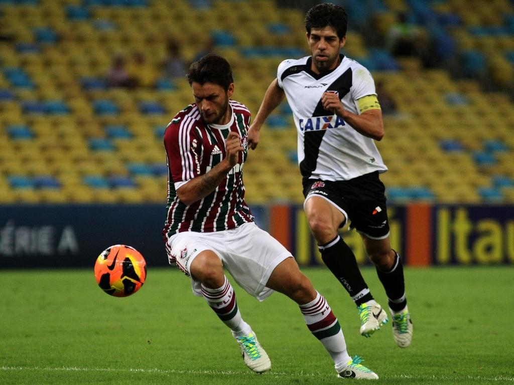 21.jul.2013 - Rafael Sobis (e) e Juninho disputam a bola no clássico entre Fluminense e Vasco
