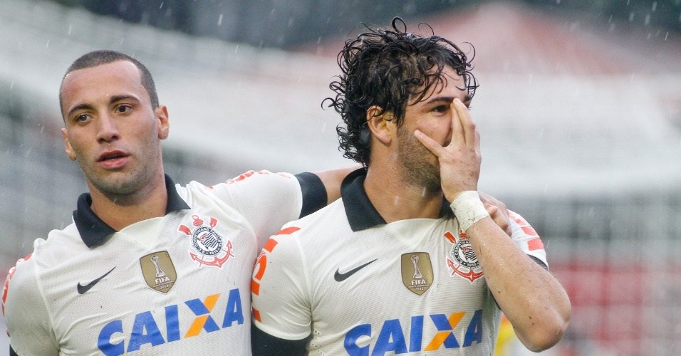 Alexandre Pato faz sua máscara na comemoração do gol do Corinthians contra o Atlético-PR pelo Campeonato Brasileiro