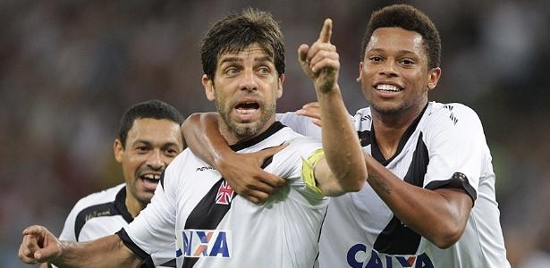 André abraça Juninho Pernambucano em comemoração de gol sobre o Fluminense