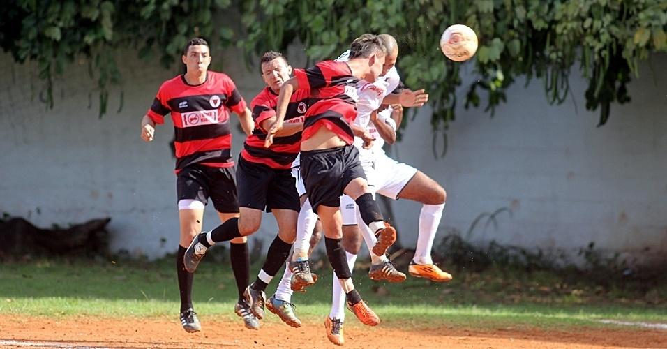 Flamengo (vermelho) perdeu para o Inajar de Souza (branco) por 2 a 1