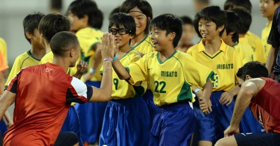 Garotos japoneses enfeitam entrada de campo em jogo do Arsenal
