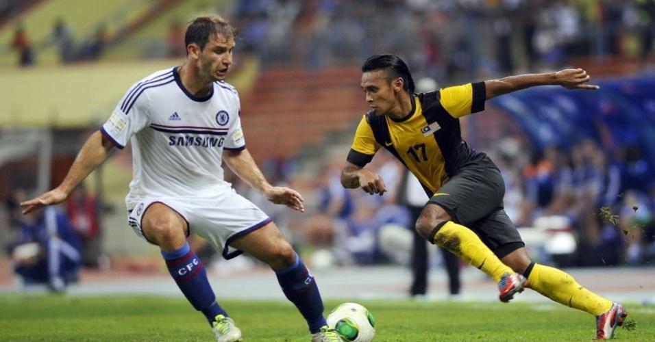 Ivanovic (esq.) exerce marcação sobre atacante em jogo do Chelsea contra estrelas da Malásia