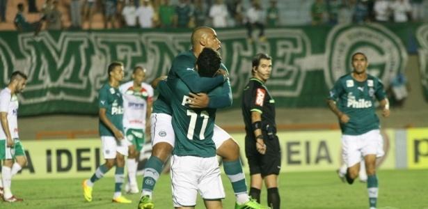 Jogadores do Goiás comemoram gol em vitória de virada sobre a Portuguesa