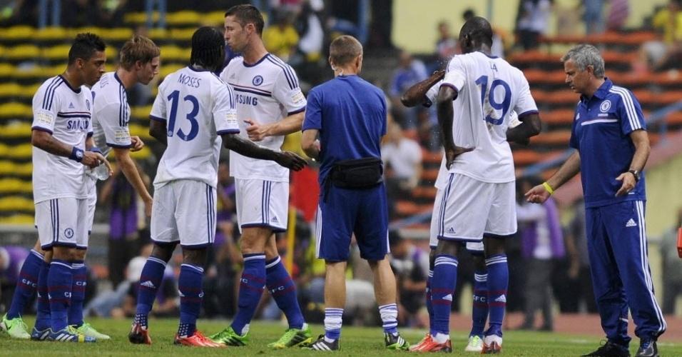 José Mourinho (dir) orienta jogadores do Chelsea em goleada por 4 a 1 sobre combinado da Malásia