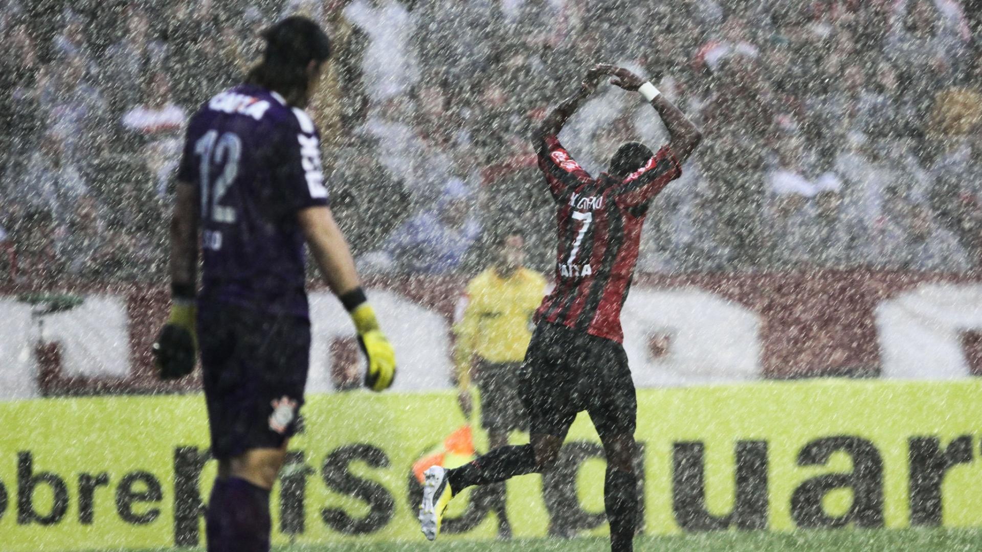 Marcelo, do Atlético-PR, comemora gol do time em meio a forte chuva na partida contra o Corinthians
