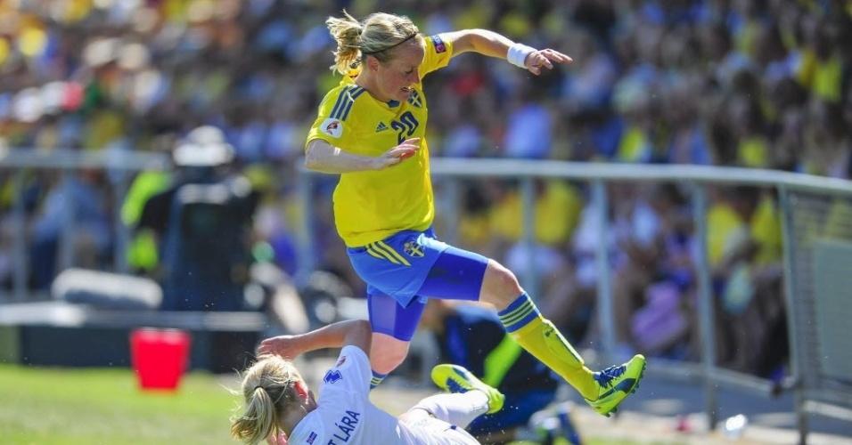 Margret Lara, da Islândia, dá carrinho para roubar bola da sueca Marie Hammarstrom em duelo do Europeu feminino
