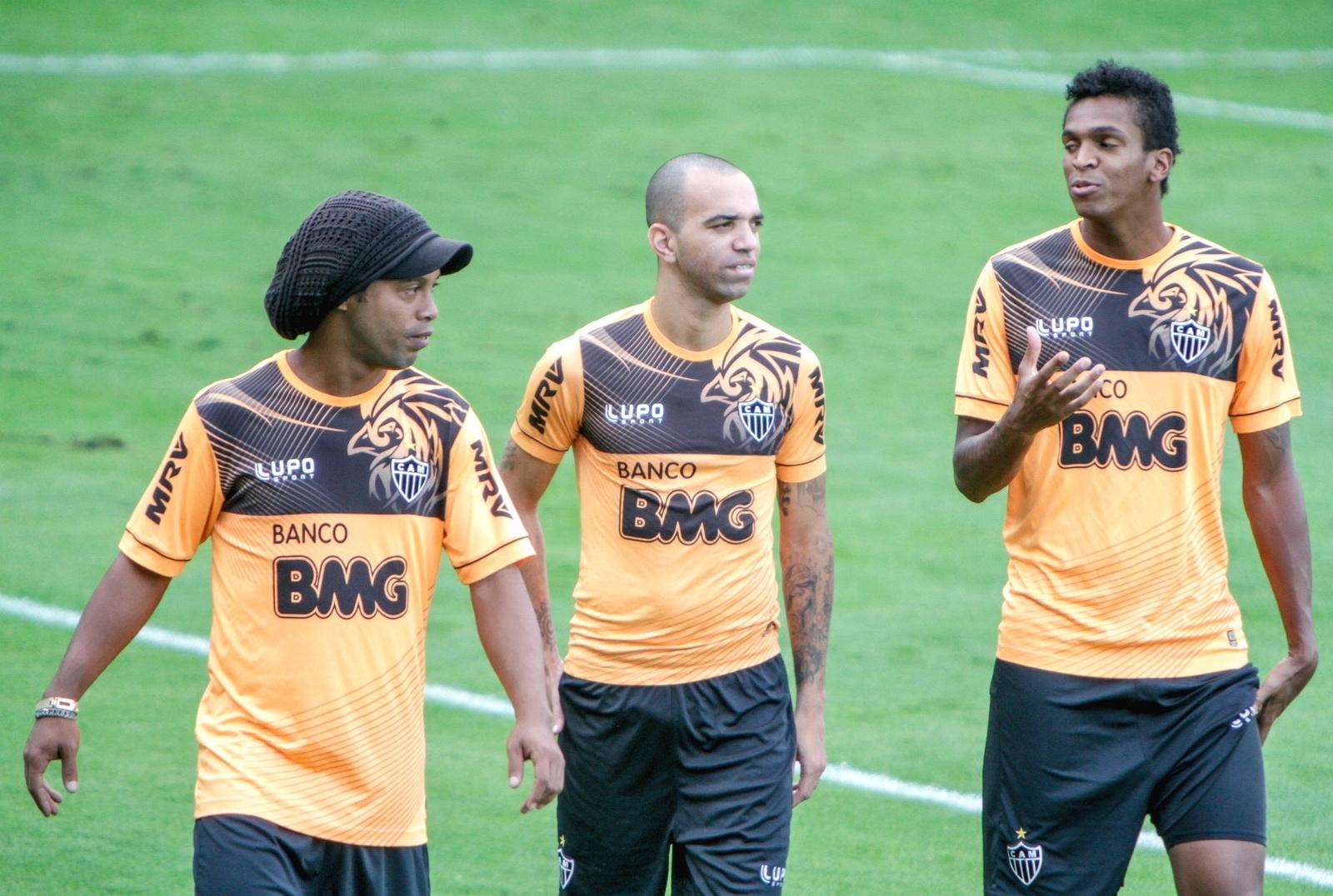 Ronaldinho Gaúcho, Diego Tardelli e Jô durante treino do Atlético-MG na Cidade do Galo (19/7/2013)