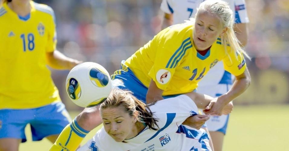 Sueca Lina Nilsson (14) exerce forte marcação sobre jogadora da Islândia