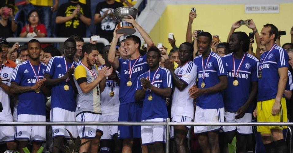 Terry levanta taça depois de Chelsea vencer combinado da Malásia