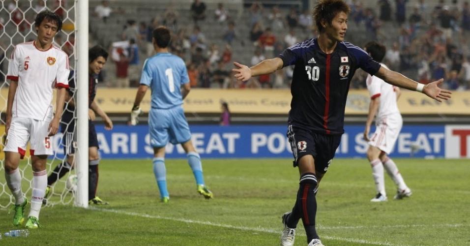 Yoichiro Kakitani (dir) celebra gol do Japão sobre a China pela Copa do Oeste da Ásia