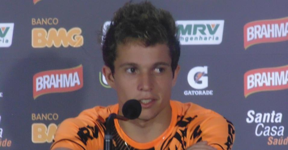 22 jul 2013 - Bernard dá entrevista, após treino do Atlético-MG, no Mineirão, e se recusa a falar sobre possibilidade de transferência