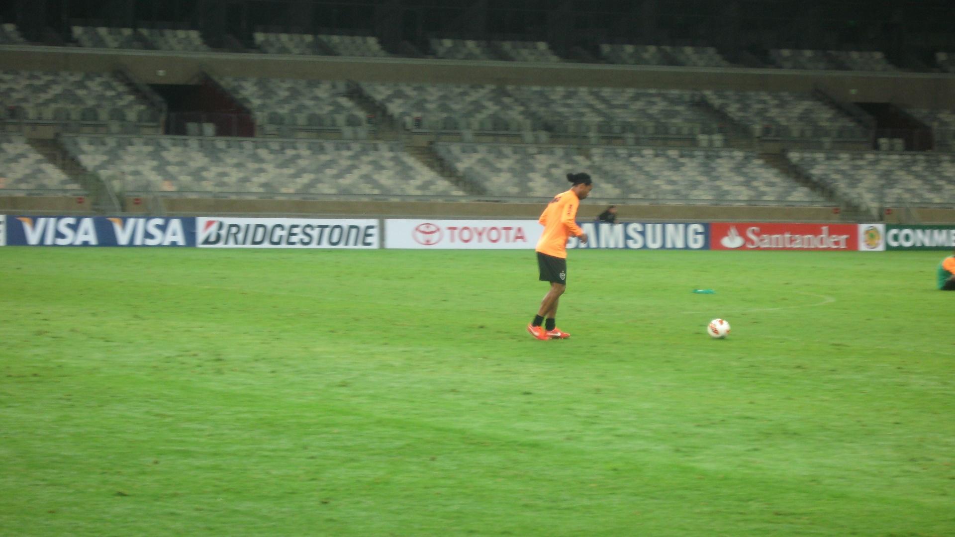 22 jul 2013 - Ronaldinho Gaúcho teve bom aproveitamento em treino de cobrança de pênaltis no Mineirão