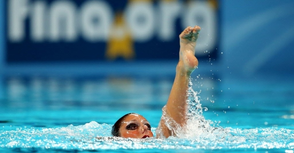 22.jul.2013 - A italiana Linda Cerruti coloca o pé acima da cabeça durante sua exibição no nado sincronizado individual no Mundial