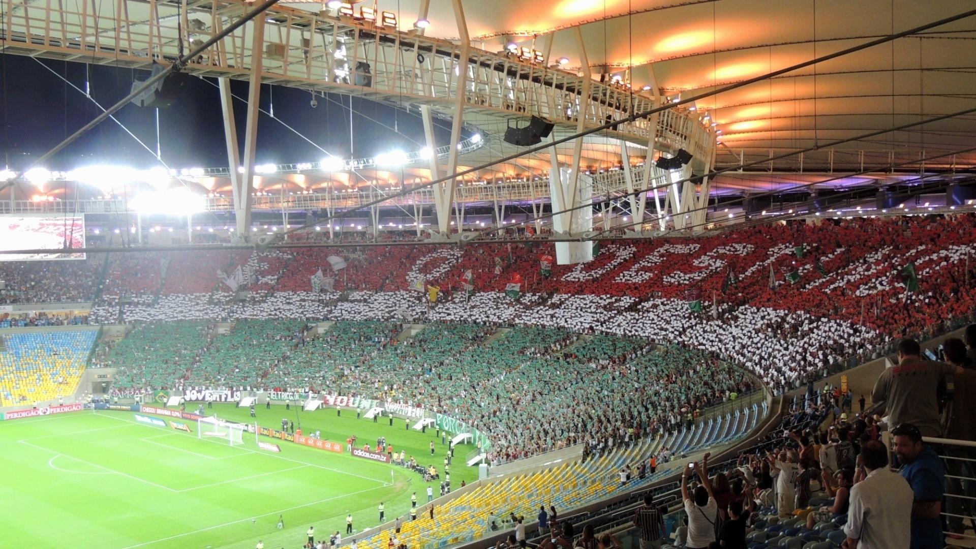 22.jul.2013 - Mosaico da torcida do Fluminense provocava vascaínos com parte de música