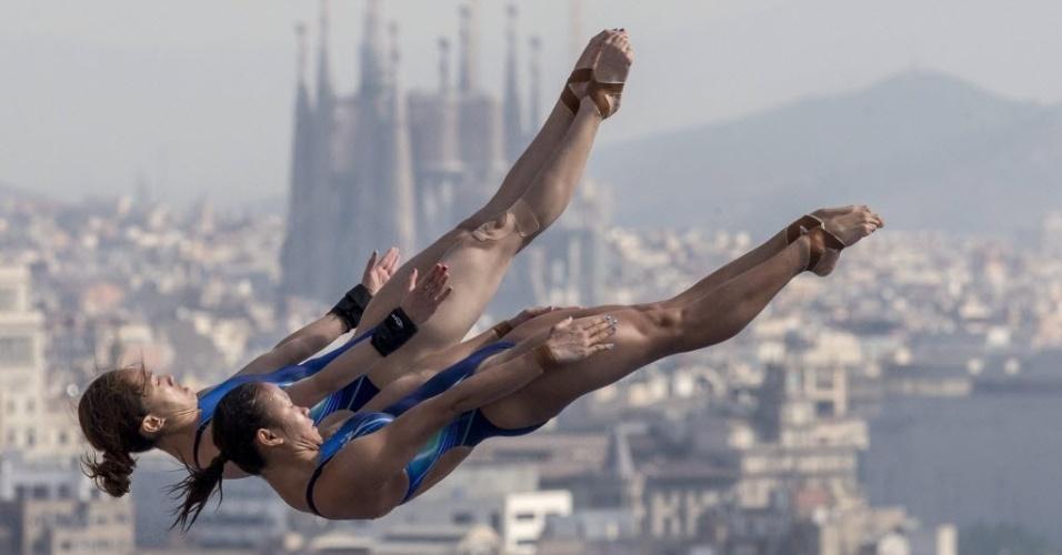 22.jul.2013 - Pandelela Rinong e Mun Yee, da Malásia, ficam lado a lado no ar durante prova de saltos ornamentais em duplas