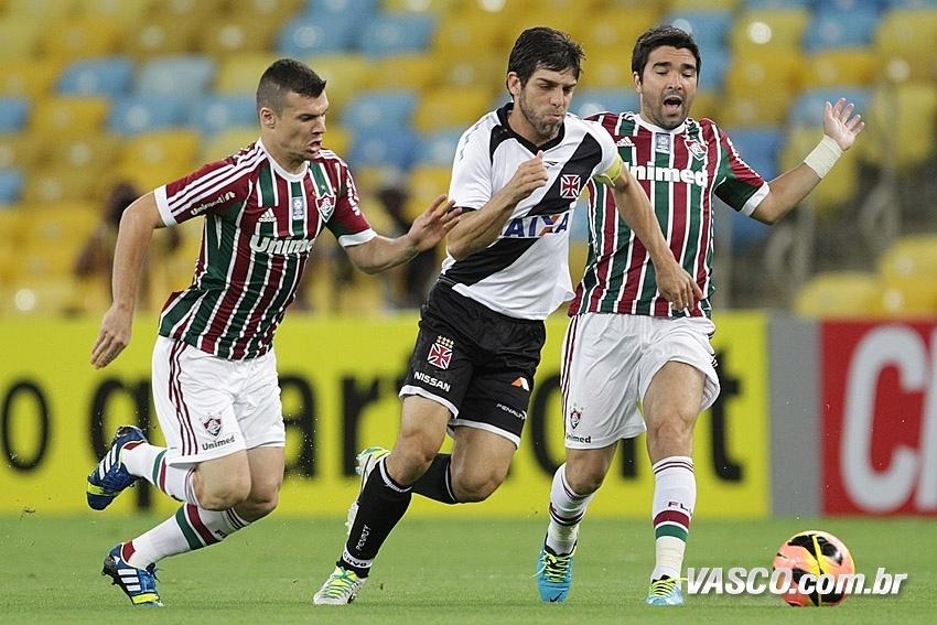 Juninho disputa a bola com Wagner e Deco na vitória do Vasco sobre o Fluminense (21/07/2013)
