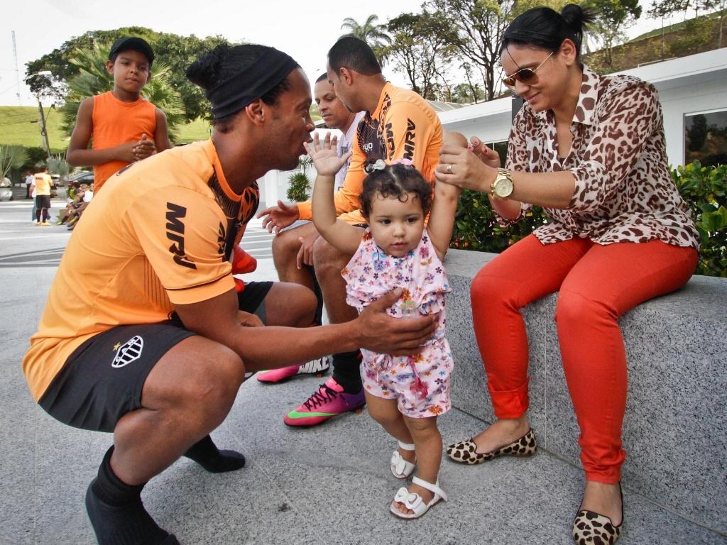 23 jul 2013 - Ronaldinho Gaúcho brinca com uma criança na Cidade do Galo, em Vespasiano, na véspera da final da Libertadores