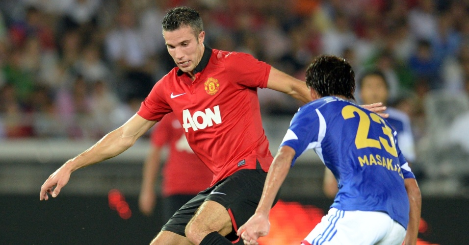 23.jul.2013 - Atacante holandês Robin van Persie domina a bola diante de adversário em amistoso do United no Japão