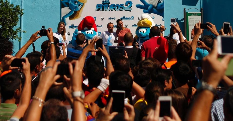 23.jul.2013 - O meia do Barcelona e da seleção espanhola Andres Iniesta e a modelo Eva Gonzalez foram as estrelas de um evento promocional do filme Os Smurfs 2 nesta terça-feira no vilarejo de Juzcar, próximo a Málaga. Em 2011, a pequena cidade foi toda pintada de azul em uma ação de marketing para se tornar a