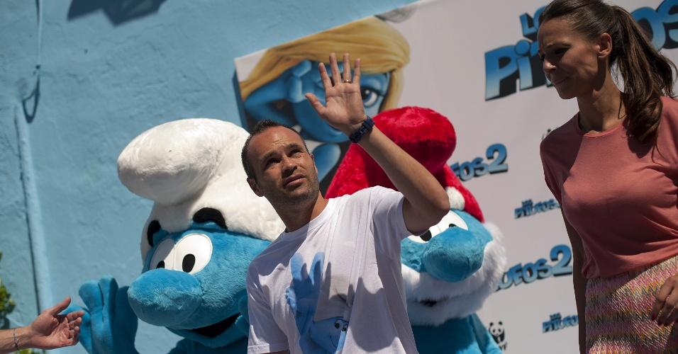 23.jul.2013 - O meia do Barcelona e da seleção espanhola Andres Iniesta foi uma das estrelas de um evento promocional do filme Os Smurfs 2 nesta terça-feira no vilarejo de Juzcar, próximo a Málaga. Em 2011, a pequena cidade foi toda pintada de azul em uma ação de marketing para se tornar a