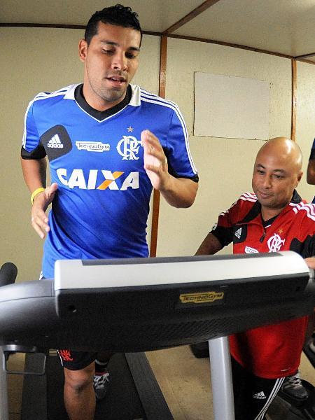 23.jul.2013 Lateral esquerdo André Santos faz trabalho na academia em seu primeiro dia de treinos no Flamengo - Alexandre Vidal/Fla Imagem