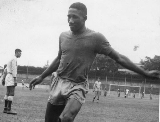 29.dez.1952 - Djalma Santos chuta bola durante treino da Portuguesa