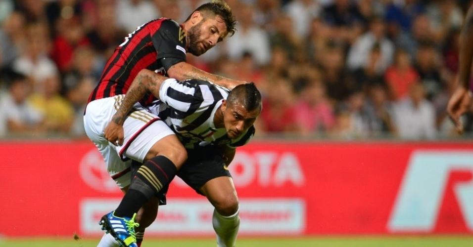 Antonio Nocerino, do Milan, em disputa de bola com Arturo Vidal, da Juventus