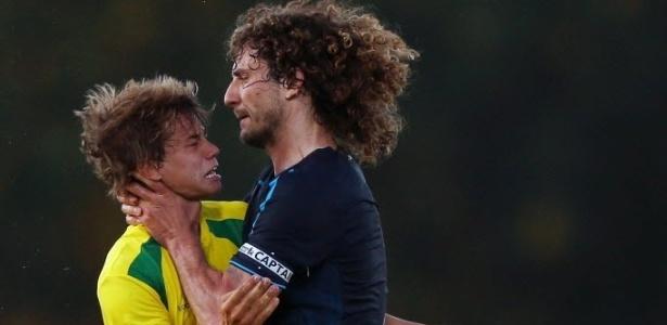 Argentino Fabricio Coloccini (dir), do Newcastle, segura com violência o pescoço de Caetano, do Paços Ferreira, em amistoso em Portugal