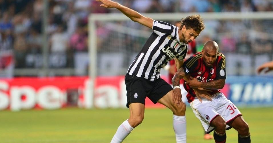 Atacante Fernando Llorente, da Juventus, disputa bola com Nigel de Jong, do Milan. As duas equipes se enfrentaram em torneio triangular na Itália