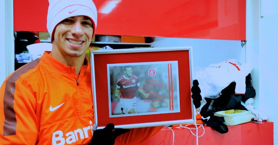 Atacante Leandro Damião recebe placa pelos 150 jogos vestindo a camisa do Internacional (23/07/2013)
